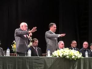 Airton Garcia e seu vice tomam posse em cerimônia no Teatro Municipal  (Foto: Stefhanie Piovezan/G1)