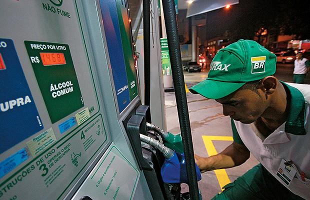 SUBVENÇÃO Posto de gasolina em São Paulo. Além de investir no pré-sal, a Petrobras tem de segurar o preço da gasolina no Brasil (Foto: Diego Padgurschi/Folhapress)