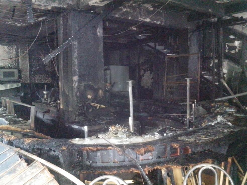 Área onde funcionava lanchonete ficou completamente destruída pelo fogo em Braço do Norte (Foto: Silas Júnior/RBS TV)