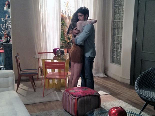 Ju, que estava escondida assistindo a tudo, abraça o irmão e chora (Foto: Malhação / TV Globo)