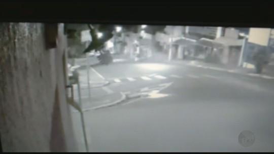 Motorista perde controle, carro 'voa' e bate com violência em Igarapava; veja