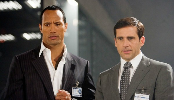 Steve Carell e Dwayne Johnson se beijaram em 'Agente 86' (2008) (Foto: Divulgação)