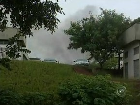 Durante a rebelião, fumaça era vista saindo do prédio (Foto: Reprodução / TV TEM)
