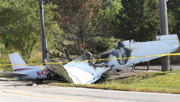Carcaça de avião que caiu em Richmond Heights, em Ohio (Foto: AP)