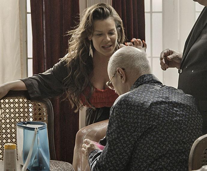 Feliciano tenta se segurar, mas acaba hipnotizado também (Foto: TV Globo)