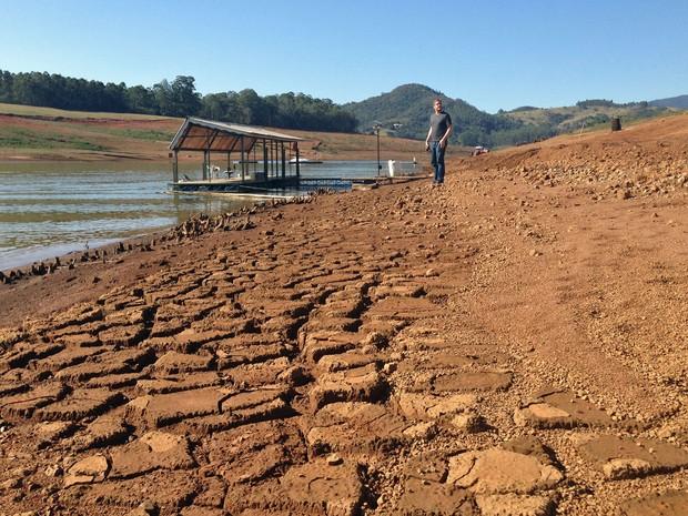 Redução no nível de água obrigou marina a fazer obras para o acesso de embarcações (Foto: Ana Carolina Moreno/G1)