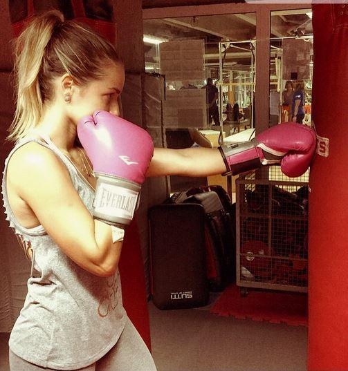 A atriz Monique Alfradique pratica boxe e efala de corpo: Estou muito feliz com meu corpo e não me cobro mais como antigamente. Estou mais confiante com a idade.  (Foto: Reprodução do Instagram)