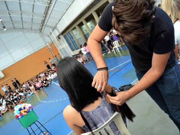 Monitora doa cabelos para confeccionar perucas para crianças com câncer em Piracicaba (Foto: Fernanda Zanetti/G1)