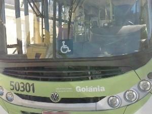 Veículo foi furtado, sem passageiros, e abandonado no Setor Leste Vila Nova Goiás Goiânia (Foto: Divulgação/Polícia Militar)