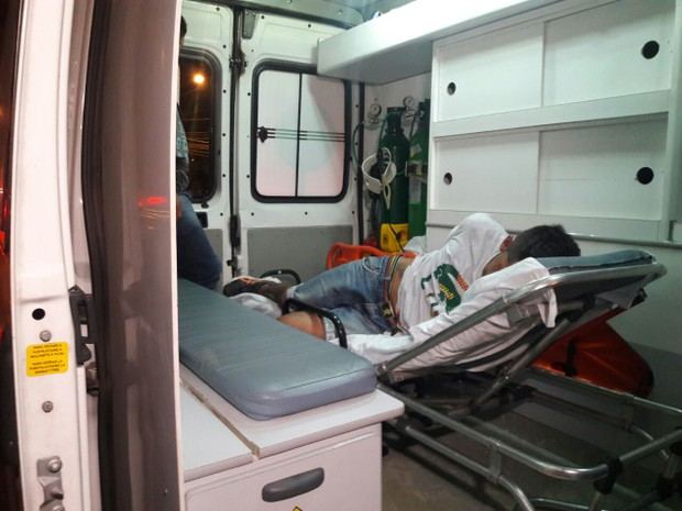 Suspeito de assalto recebe atendimento em ambulância após ser preso (Foto: Zete Padilha/RBS TV)