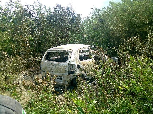 Corpos estavam dentro de carro em matagal (Foto: Victor Lyra/Inter TV Cabugi)