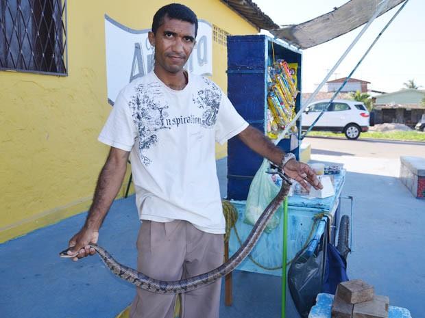 Homem capturou cobra com as mãos e chamou a Polícia Ambiental (Foto: Walter Paparazzo/G1)