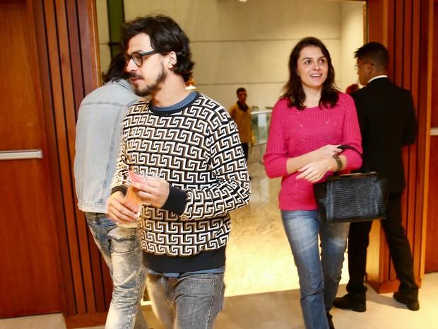 Monica Iozzi e o namorado, Felipe Flores, em estreia de peça em São Paulo (Foto: Manuela Scarpa/ Brazil News)