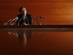 Presidente do Banco do Japão, Masaaki Shirakawa, fala com a imprensa em Tóquio (Foto: Reuters)