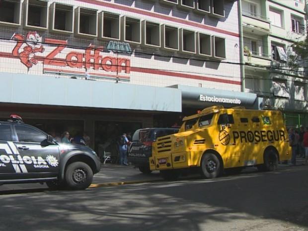 Tentativa de assalto com tiroteio aconteceu no Zaffari da Rua Fernandes Vieira, em Porto Alegre (Foto: Reprodução/RBS TV)
