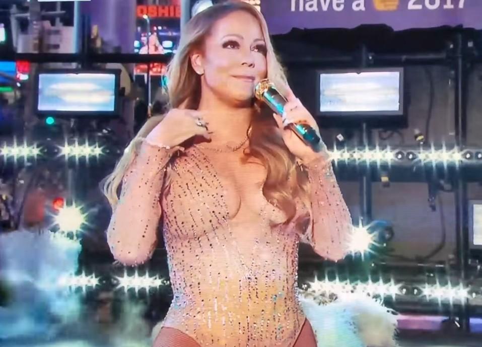 Mariah Carey se atrapalha com playback em show na noite de fim de ano (Foto: Reproduo/YouTube)