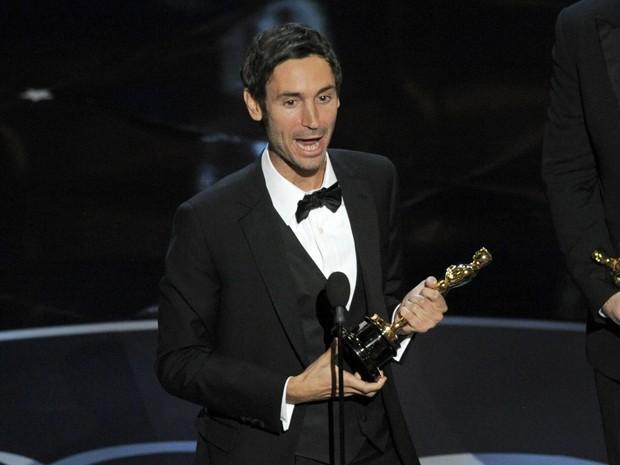 O diretor Malik Bendjelloul recebe o Oscar de Documentário por 'Searching for Sugar Man' em fevereiro de 2014 (Foto: Chris Pizzello/Invision/AP)