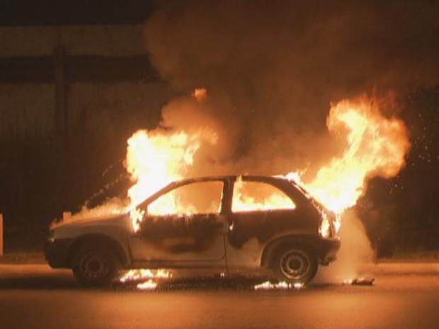 Carro em chamas na Via Estrutural, na noite desta terça-feira (16) (Foto: TV Globo/ Reprodução)