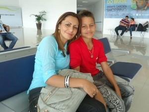 Jornalista Girlane Duarte acompanhada do filho Artur, de oito anos (Foto: Arquivo Pessoal)