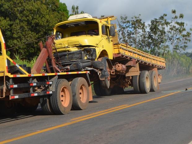 Caminhão acabou atingindo picape durante acidente (Foto: Pâmela Fernandes/G1)