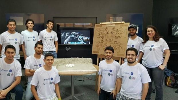 Alunos da Faculdade de Engenharia de Sorocaba que participaram de projeto da agência espacial americana Nasa (Foto: Divulgação)