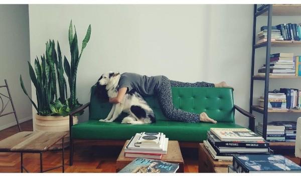 Sofá verde compões o décor da sala de estar de Fê Paes Leme. Gosta? (Foto: Reprodução/Instagram)