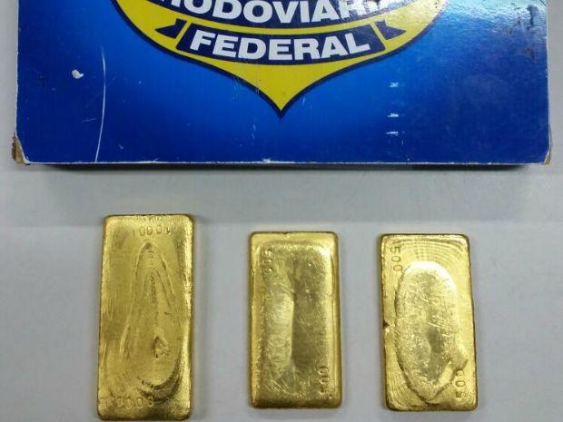 Ouro estava escondido com os dois suspeitos (Foto: PRF/ Divulgação)