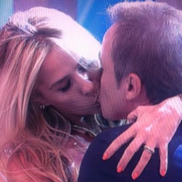 Gugu posta foto beijando Adriane Galisteu (Foto: Instagram / Reprodução)