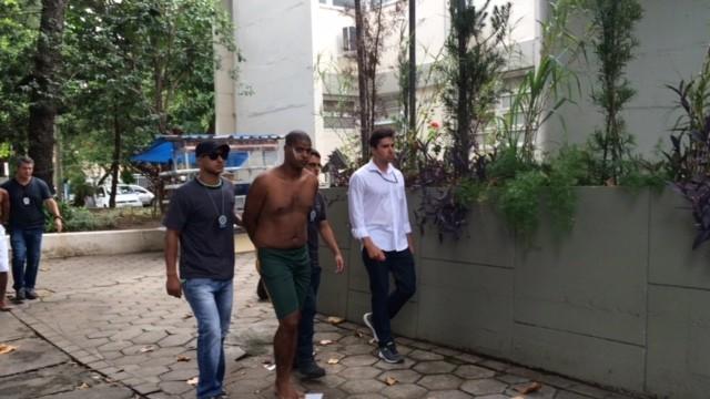 Suspeito de participar de assalto que terminou com morte de turista em Copacabana é levado por agentes (Foto: Matheus Rodrigues/G1)