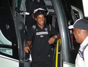 Ronaldinho Gaúcho chega a hotel em SP (Foto: Fernando Martins / Globoesporte.com)
