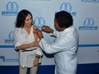 Regina Duarte toma vacina em campanha contra a pneumonia