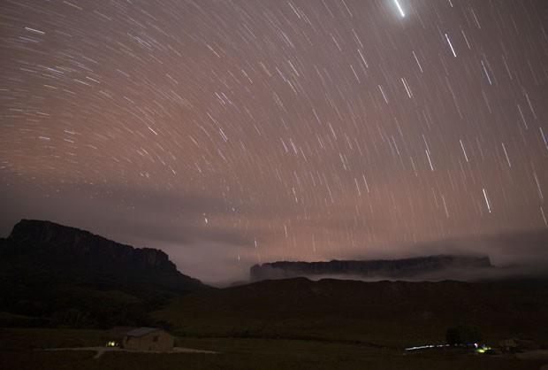 Estrelas são vistas na região onde estão os montes Kukenan (esq.) e Roraima  (Foto: Carlos Garcia Rawlins/Reuters)