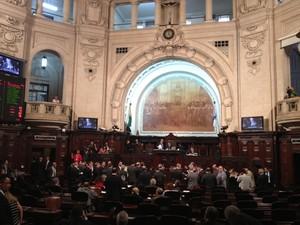 Adiamento da votação foi anunciado em sessão nesta terça (Foto: Henrique Coelho / G1)