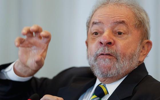 Lula procura oposição e se encontra com senador do PSB
