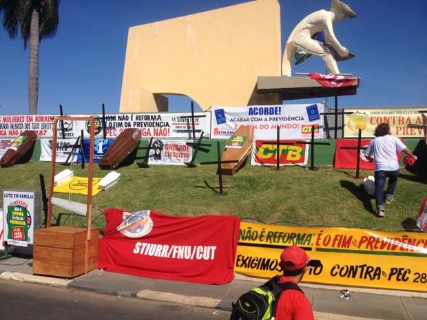 Boa Vista (RR): Caixões foram colocados no Monumento ao Garimpeiro em manifestação nesta quarta-feira (15) (Foto: Jackson Félix/ G1 RR)