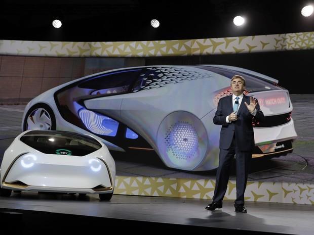 Bob Carter, vice-presidente de operações da Toyota, apresenta carro-conceito  na 34d670e408