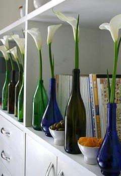 Transforme garrafas de todos os tipos em vasos exclusivos para as suas flores (Foto: Casa e Jardim)