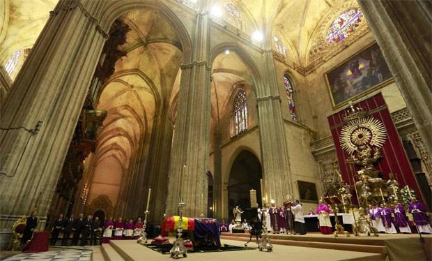 Velório da duquesa ocorreu dentro da Catedral de Sevilha, uma das maiores do mundo (Foto: Marcelo del Pozo/Reuters)