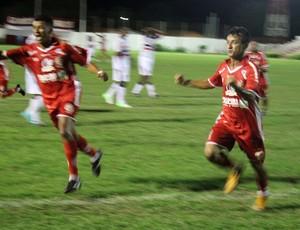 Pretinho comemora gol do 4 de Julho contra o River-PI (Foto: Josiel Martins)
