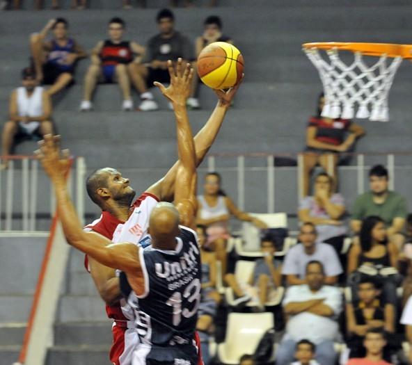 Diego do Tijuca x Brasília, do time de Uberlândia (Foto: Colin Foster/Divulgação LNB)