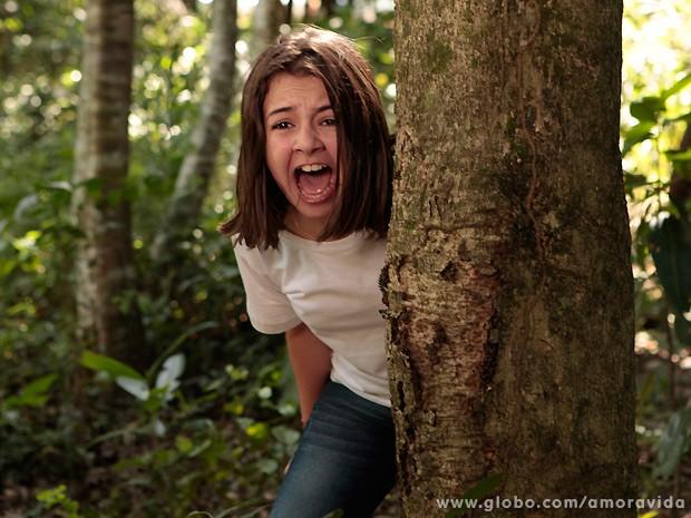 Horrorizada com o que vê, Paulinha berra (Foto: Amor à Vida / TV Globo)