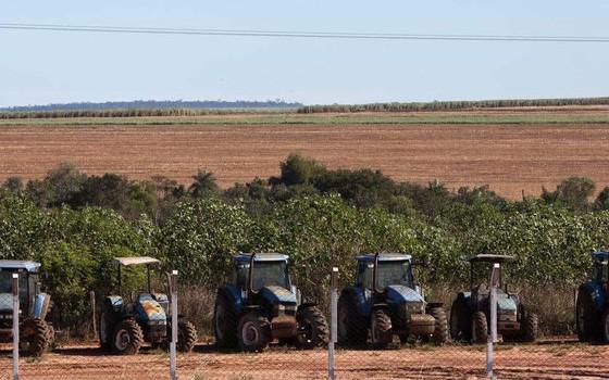 Tratores em uma plantação de cana de açúcar ocupam terras indígenas dos Guarani-Kaiowá, em Mato Grosso do Sul. (Foto: Tatiana Cardeal / Oxfam)