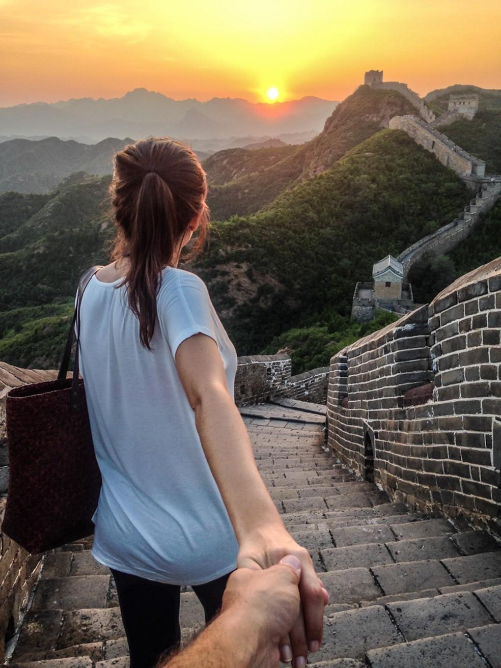 Rachel e Leonardo passaram pela Muralha da China, em um pôr-do-sol de tirar o fôlego (Foto: Divulgação)