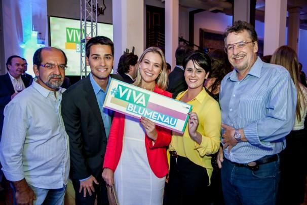 Equipe da RBS TV brinca com o #vivablumenau (Foto: Endrigo Righeto/Divulgação)