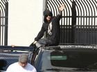 Justin Bieber é liberado e acena para jornalistas e fãs