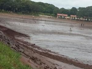 Barragem no balneário de Caarapó rompeu nesse domingo (Foto: Divulgação/ Defesa Civil)