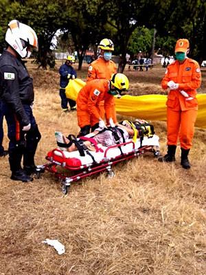 Bombeiros socorrem vítima de acidente na BR-020; GDF diz que 34 pessoas tiveram ferimentos leves (Foto: Isabella Formiga/G1)