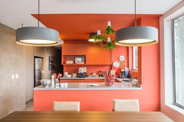 Na integração da área social, a cozinha definiu seu espaço com o uso da cor (Foto: Divulgação)