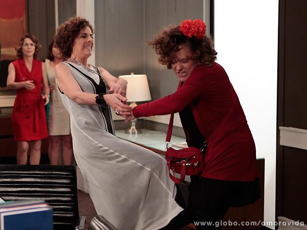O bicho pega assim que as duas partem para a agressividade! (Foto: Amor à Vida / TV Globo)