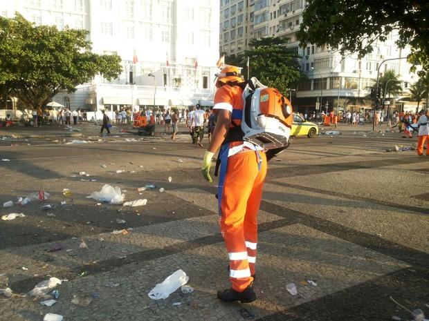 Sopradores facilitam o trabalho dos garis no recolhimento do lixo (Foto: Divulgação/ Comlurb)